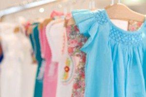 クローゼットにある多数の洋服