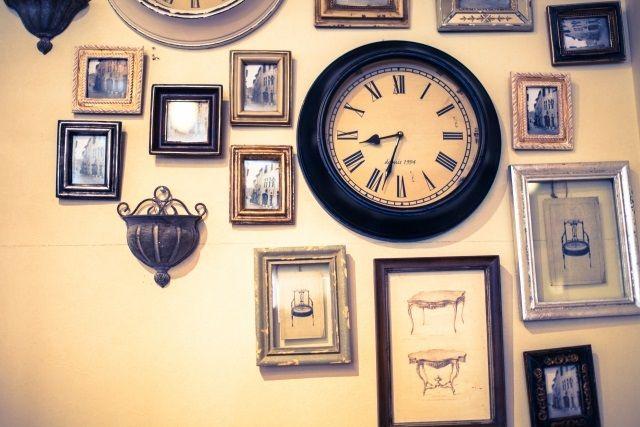 動かなくなった壁掛け時計 レトロ・アンティーク感のある壁のインテリアとして