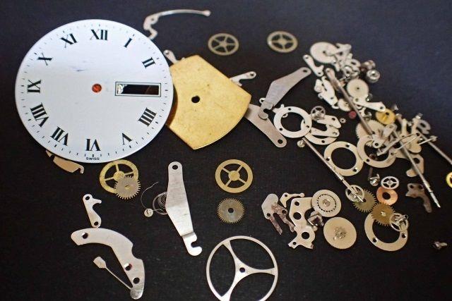 時計を分解してみたところ 時計の分別は大変そう